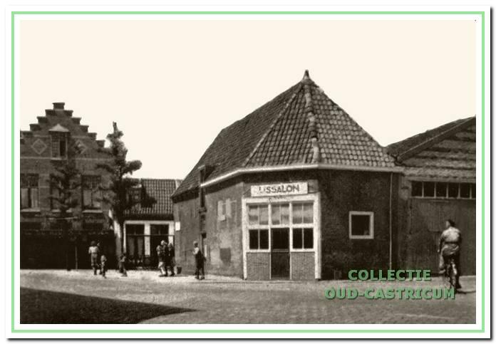 IJssalon De Toekomst, die van kort na de oorlog tot in de vijftiger jaren in de voormalige doorrijstal gevestigd was.