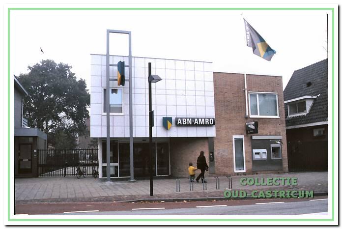 Het in 1970 geopende kantoor van Amro Bank N.V., Dorpsstraat 76.
