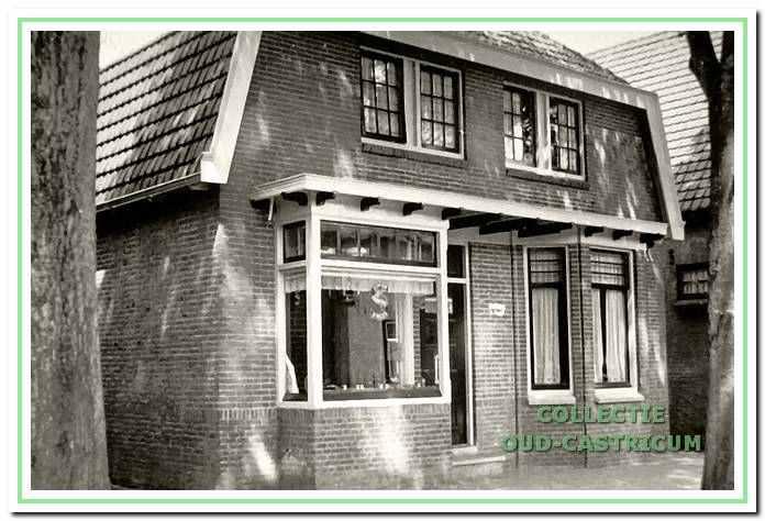 Rijwielhandel Bennes op Dorpsstraat 98 met etalage en in het woongedeelte een erker.