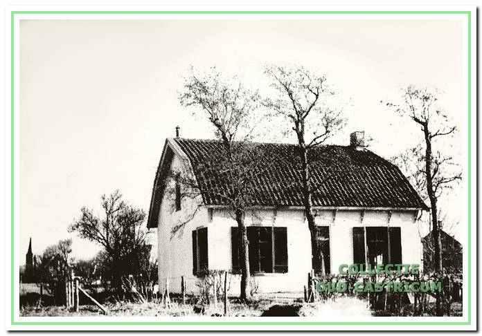 Dit spoorhuis werd gebouwd in 1869; in dit huis werden spoorwegemployees gehuisvest. Het staat nog op het binnenterrein tussen de Mient en de Geelvinckstraat.