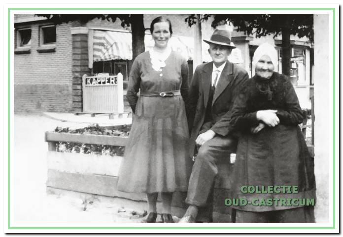 Naast Piet Bleijendaal woonde Arie Lute en Jansje Breetveld en hun grote gezin. Op de foto Arie Lute, Jansje Breetveld en zijn moeder Guurtje Admiraal. Aan de overkant is nog juist de kapperswinkel van Carl Assmann zichtbaar, op de hoek van het Dokterspad en de Mient.