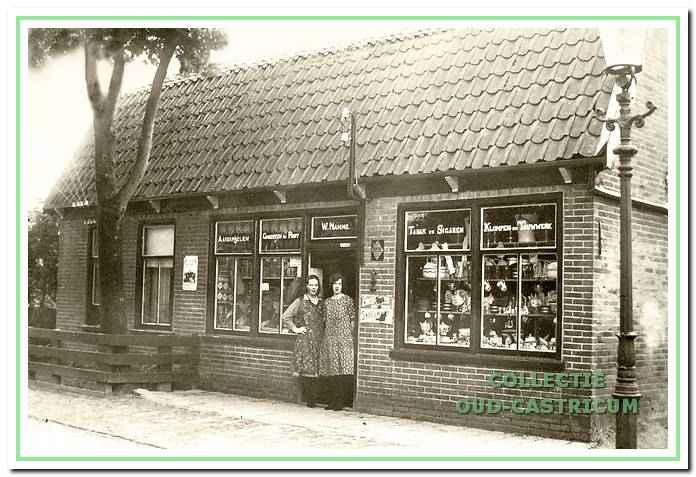 De winkel van Willem Nanne op de Vinkebaan in de jaren 1930 met zijn dochters Annie en Corrie.