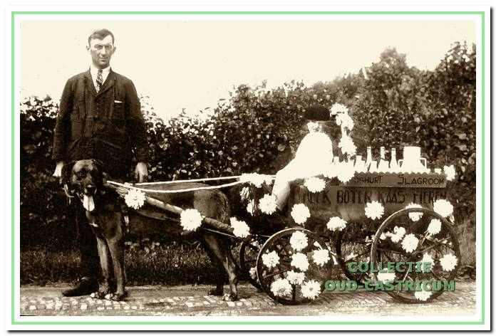 Jan Tervoort sr. en Jan Tervoort jr. bij de versierde hondenkar omstreeks 1931.