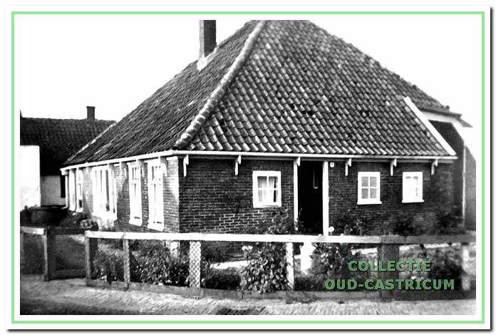 De inmiddels gesloopte boerderij van Frans Limmen in de bocht van de Van Oldenbarneveldweg.