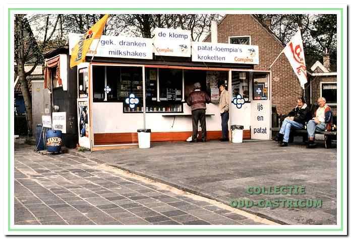 """Snackbar De Klomp van uitbater """"ome"""" Kees Lute aan de Van Oldenbarneveldweg 26 in Bakkum."""