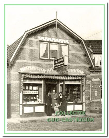 In de jaren (negentien)dertig waren er minstens vijf commerciële uitleenbibliotheken gevestigd bij diverse boekwinkels. Op het adres Bakkummerstraat 110 was de boekwinkel en bibliotheek gevestigd van Luc Schmidt.