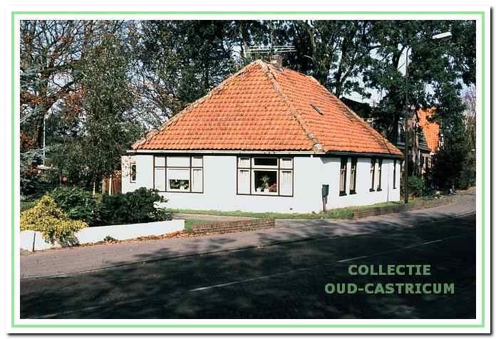 Het witte huisje aan de Heereweg 8 in Bakkum.