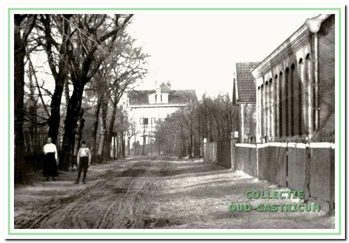 Circa 1908: de Bakkummerweg is nog een zandweg. Rechts de Openbare Lagere school, later de School met den Bijbel.
