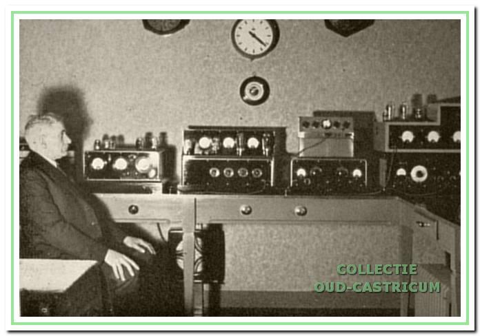 Nelis Stolk in zijn studio aan de Duinenboschweg. Hij verzorgde de radiodistributie ten westen van de spoorlijn.
