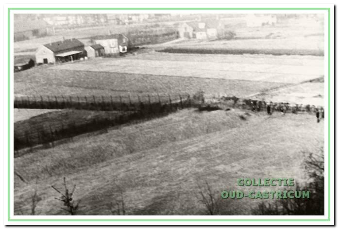 Zicht op de Kramersweg vanaf de Papenberg. Linksboven het veilinggebouw, rond 1950.