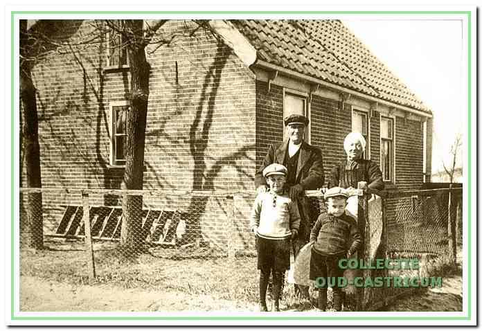Voor zijn woning aan het Slingerpad: voormalig rijksveldwachter en jachtopziener Freek Wulp (1853-1943), zijn echtgenote Mandje de Munnik en hun kleinkinderen Freek en Wim, beiden van hun zoon Jan.