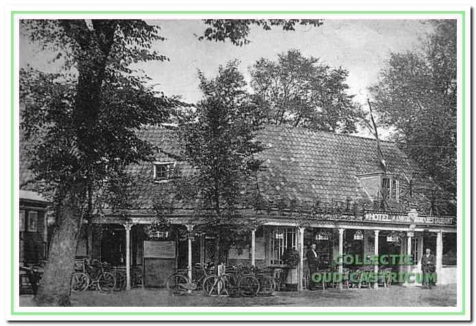 In de periode van ca. 1930 tot 1948 droeg het pand links de naam 'Bondshotel Broksma', naar de eigenaar Hendrik Broksma. Daarna werd het bondshotel Meijer, tot in 1959 Joop Lefering de zaak overnam en in het cafégedeelte het Biljart paleis ging exploiteren met enkele echte wedstrijdtafels, waarvan dan ook door biljartvereniging 'Onder Ons' druk gebruik werd gemaakt.