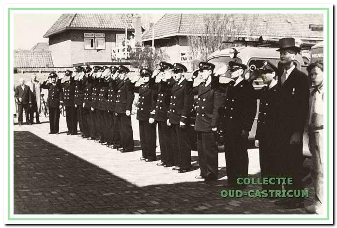 Het vrijwillige brandweerkorps van Castricum op het kazerneterrein.