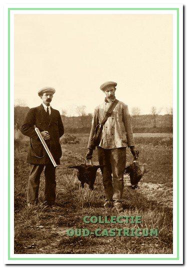 Piet Schotvanger (links) en Willem Borst gingen samen vaak op jacht en begonnen in 1924 een strandtent.
