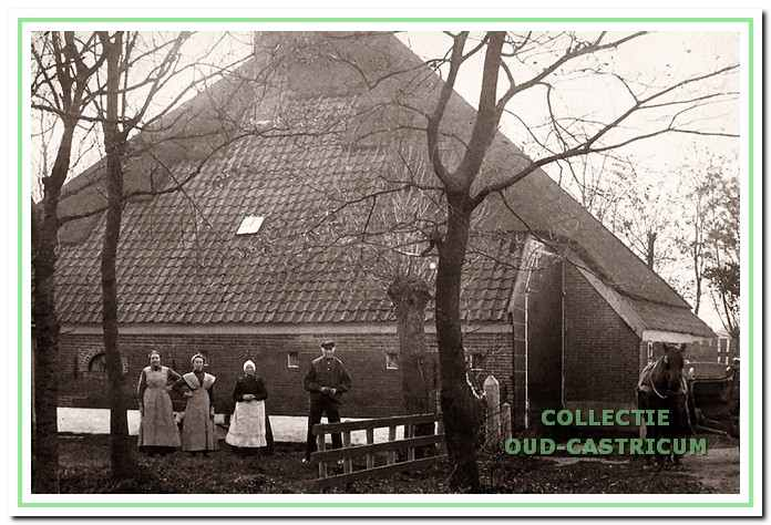 Boerderij Starrenburg in de periode 1905 - 1927. V.l.n.r.: Ant en Jane Grapendaal, Bet Hogenstijn en eigenaar Freek Grapendaal.