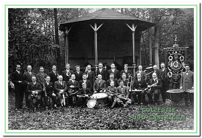 Fanfarecorps D.I.U. voor de muziektent in de Beukenlaan rond 1935.