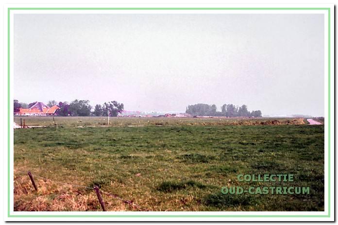 De Uitgeesterweg in Castricum met links boerderij Alberts Hoeve. De bomen rechts maken deel uit van de eendenkooi.
