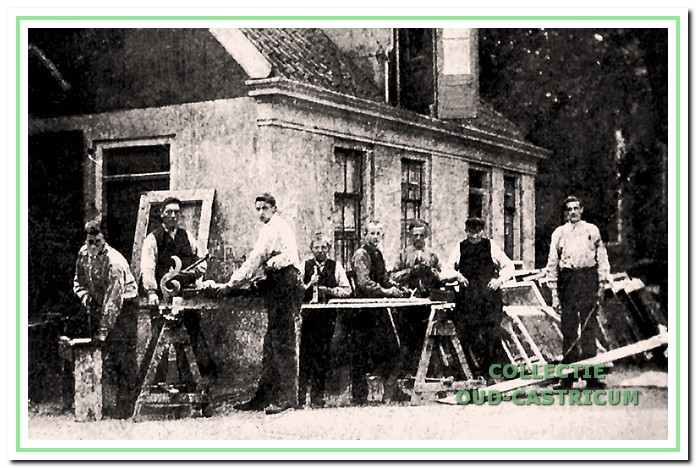 Exterieur van de timmerwerkplaats: 3e van links zoon Jan Res en 2e van rechts met pet zijn vader Co Res.
