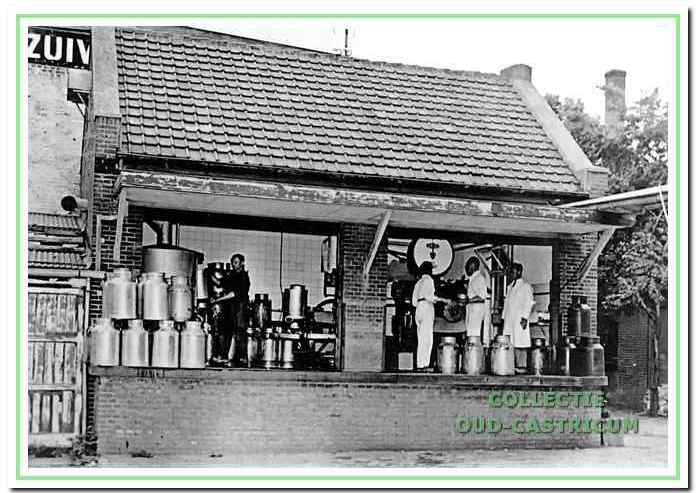 De melkontvangst vond hier plaats. Geheel links Klaas Zonneveld bij de spoelmachine; rechts melkcontroleur Johan Dijkstra. De namen van de twee personen, die de melkbus legen, zijn niet bekend.