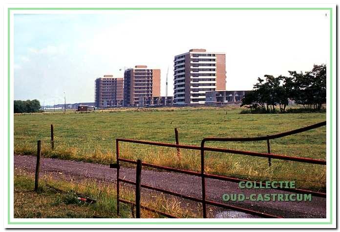 Torenflats gaan vanaf 1971 de skyline van Castricum bepalen. In de gemeenteraad werden voorafgaand aan de vaststelling van plan Molendijk in 1964 heftige discussies gevoerd over de noodzaak van deze uit stedenbouwkundig oogpunt gewenste 'accenten' langs de invalswegen .
