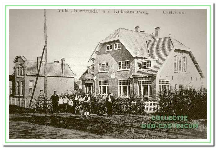 Villa 'De Geertruida', Dorpsstraat nr 1, omstreeks 1920. Het vooraanzicht is sindsdien weinig veranderd. Links het pand Dorpsstraat nr 3.