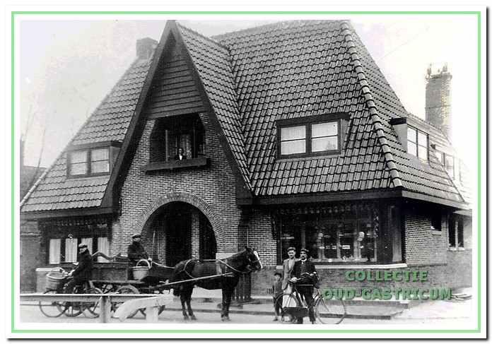 Het nieuwe onderkomen van bakkerij, woonhuis en winkel van Gerrit Res in 1928. In beschrijvingen wordt gesproken van een kapitaal herenhuis genoemd met een monumentale entree. Res had in elk geval het nodige personeel in dienst, want voor de bakkerij met paard en wagen de broodbezorgers Siem Wokke en Doris Kaandorp.