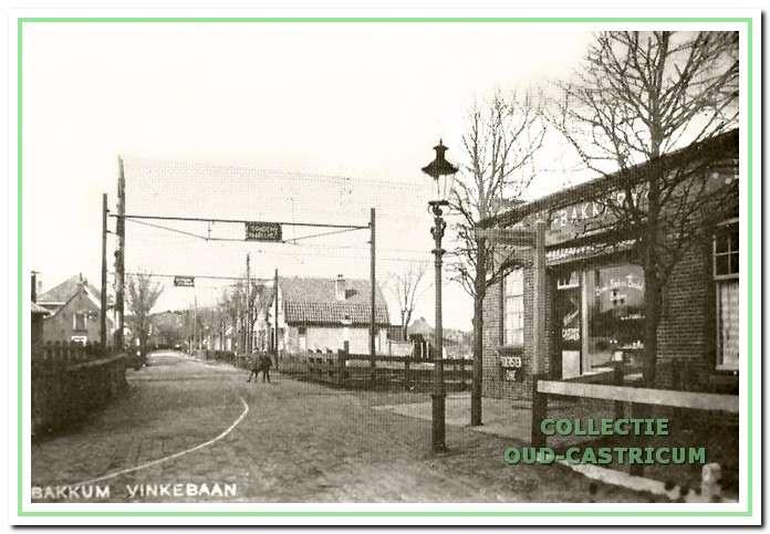 Bakkerij 'De Hoop' aan de Ruiterweg, de tweede zaak van Hemmer. De stoomtrein heeft plaats moeten maken voor de elektrische trein. Let op de prachtige gaslantaarn voor het gebouw.