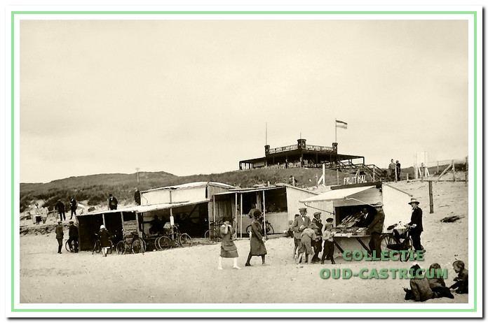 Strandpaviljoens en op de eerste duinenrij paviljoen Armeria. Castricum aan Zee, 1926.