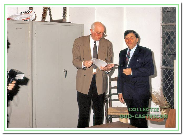De voorzitter van de werkgroep Oud Castricum de heer G. van Geenhuizen heeft het jaarboekje 1990 overhandigd aan de rijksinspecteur voor het onderwijs de heer H.G. Hin.