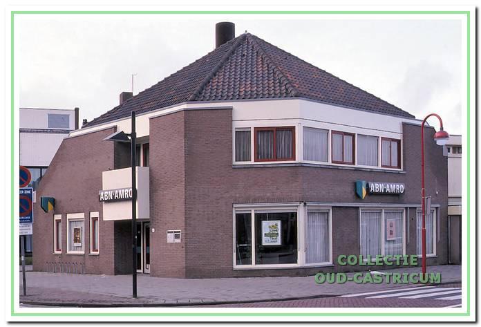 Het nieuwe ABN-kantoor, Dorpsstraat 62A, geopend in 1980. De architect heeft zich door de vormen van de oude doorijstal laten inspireren!