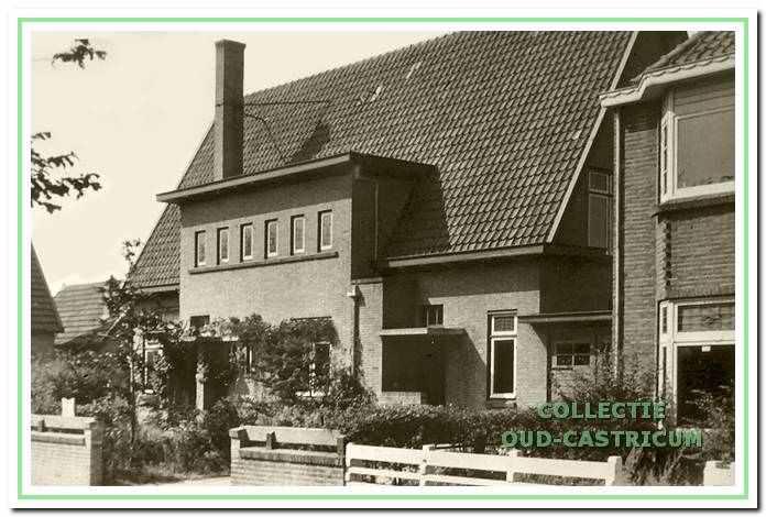Het huis van dokter Leenaers (op schets nr. 11). Rechts op de foto het woonhuis van de heer Vos (op schets nr. 12); dit huis maakte deel uit van een blok van vier huizen.