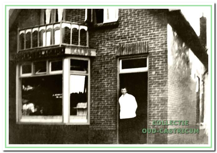 Kalfs en varkensslagerij Jonker, in de deuropening, aan de Vinkebaan 24 te Bakkum in 1936.
