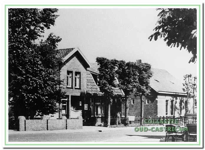 Tussen de ingang naar de Van Uytrechtlaan en hotel Borst woonden in het dubbele woonhuis rechts Jan Mooij (nr 19) en links Jan Verdwaald (nr 21); daarnaast (links) de kruidenierszaak van Klaas Groot (nr 23).