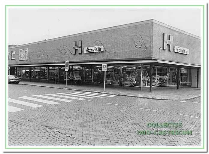 Het in 1967 vernieuwde winkelpand hoek Dorpsstraat-Schoolstraat van firma Huitenga.