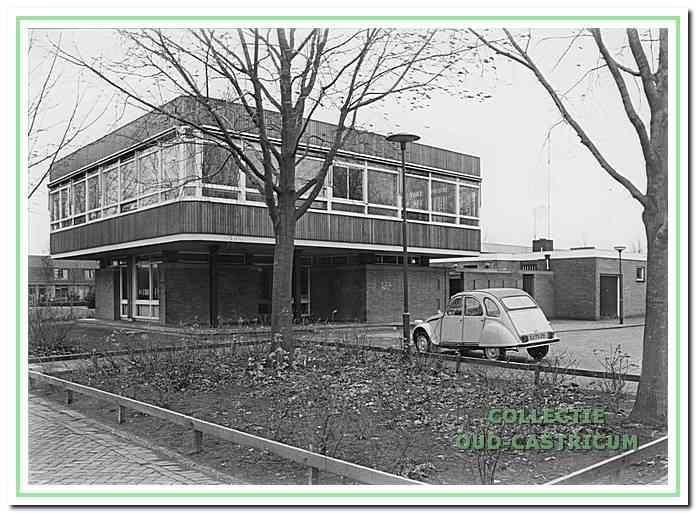 Het kantoor van gemeentewerken aan de Brink dat in 1965 in gebruik genomen werd. In 1982 vertrokken de technisch medewerkers naar het nieuwe gemeentehuis en werd dit kantoor politiebureau. Het woongebouw De Brink staat nu op die plaats.