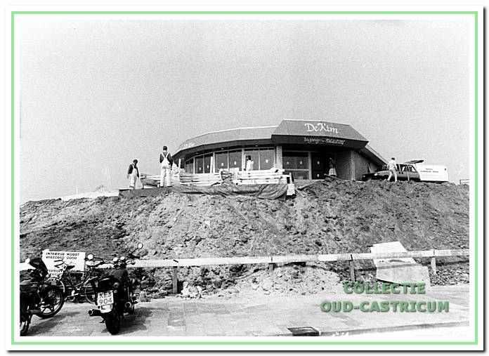 De bouw van panorama-restaurant De Kim op het strandplateau.