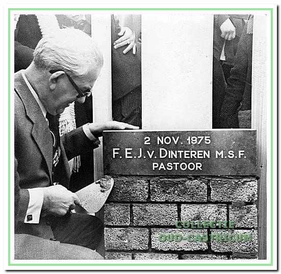 Pastoor Van Dinteren plaatst de eerste steen van Geesterhage op 2 november 1975.