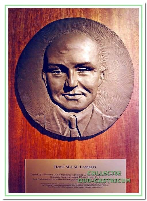 Na 18 jaar is de plaquette met de beeltenis van dokter Leenaers weer thuis.