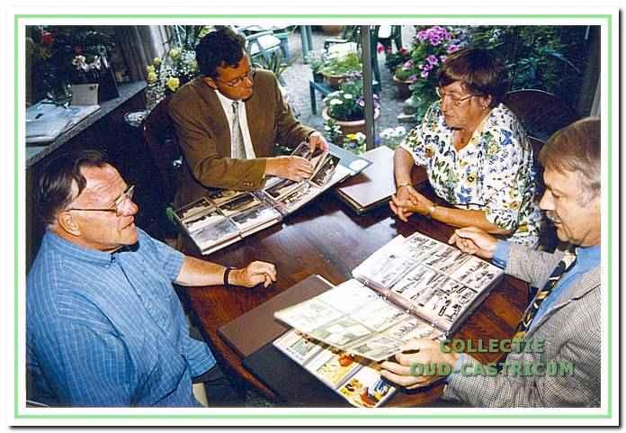 De heer Pennekamp schenkt zijn gigantische collectie oude ansichtkaarten en foto's aan de Werkgroep Oud Castricum. V.l.n.r.: de heer Pennekamp , Wil Steeman , mevr. Pennekamp en Simon Zuurbier.