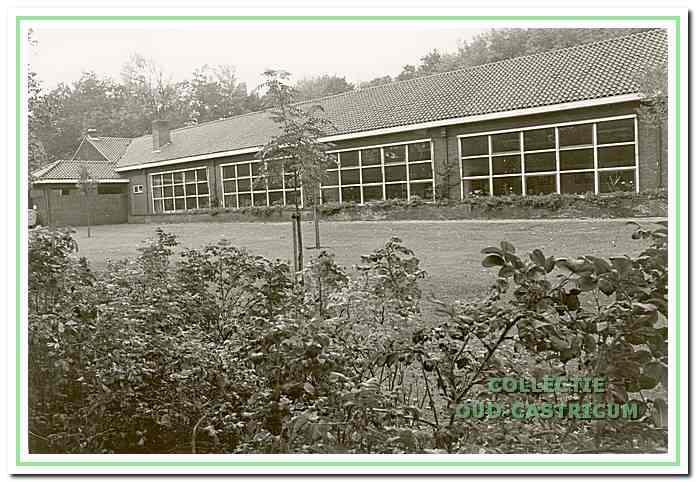 De centrale openbare lagere school en later het Jac.P. Thijsse college aan de Bakkummerstraat 14a.