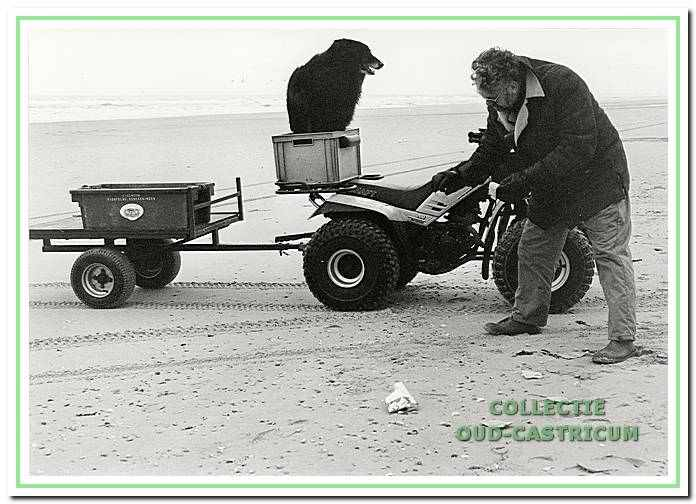 De strandvonder Thijs Bakker aan het werk op het strand van Castricum aan Zee.