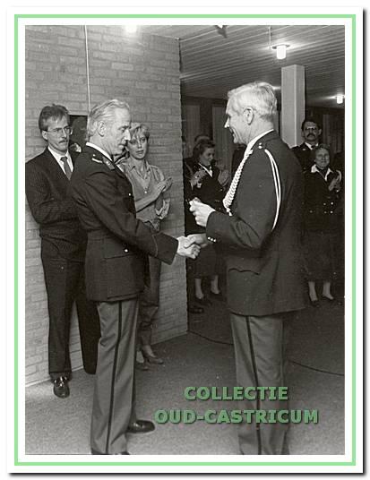 Afscheid van wachtmeester 1e klas Muizelaar door adjudant Tiesinga.