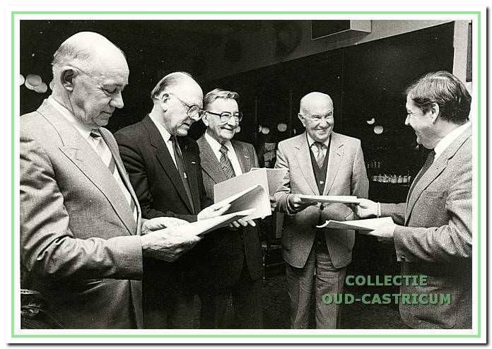 De uitreiking van het 8e jaarboekje in 1985 aan vier (oud) inwoners, die in de oorlog een belangrijke rol speelden in het verzet.
