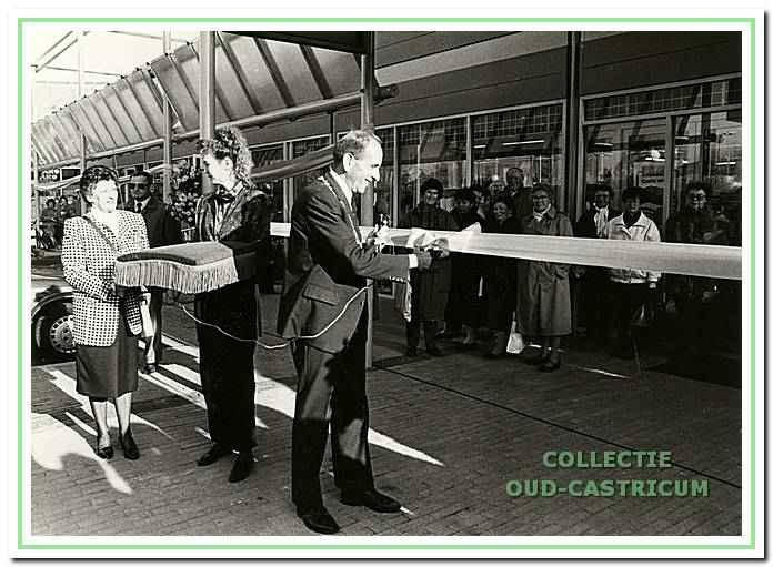 3-11-1988: uitbreiding winkelcentrum Geesterduin; opening verricht door burg. Schouwenaar.