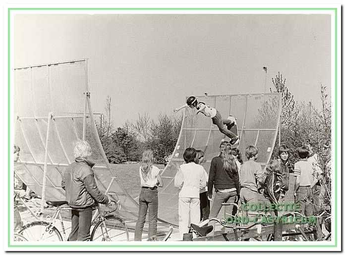 De eerste plexiglas skateboardbaan naat sporthal de Bloemen.