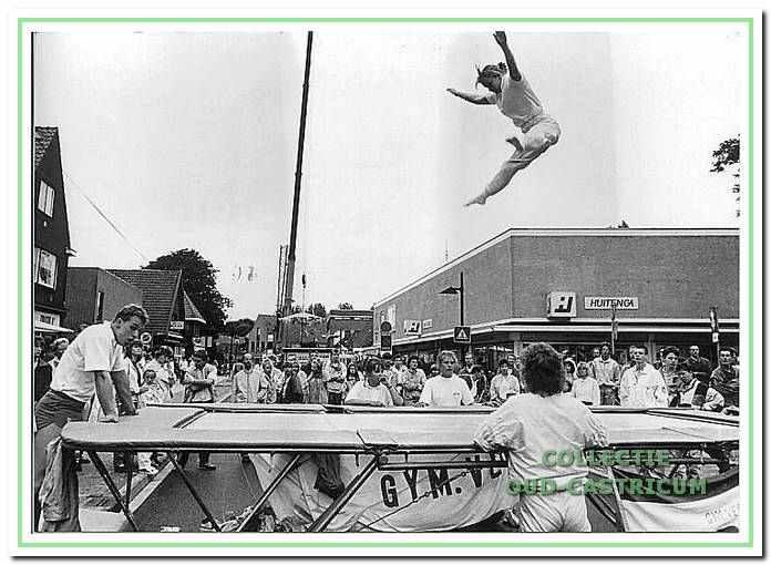 Demonstratie trampolinespringen op braderieën in de jaren 1980.