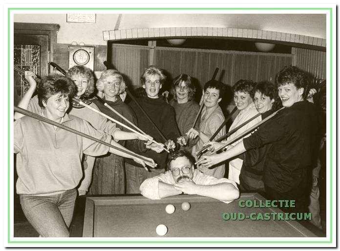 Al in 1985 was er een damesclubje dat elke maandagavond de biljartkunst in Hotel Borst beoefende onder leiding van Jos Bijl, die hier onder vuur wordt genomen.