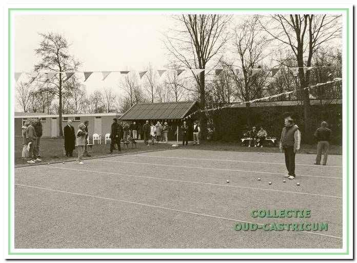 Leden van Jeu de Boules vereniging 'de Stetters' in actie op sportpark Wouterland, van Haerlemlaan 25 in Bakkum.