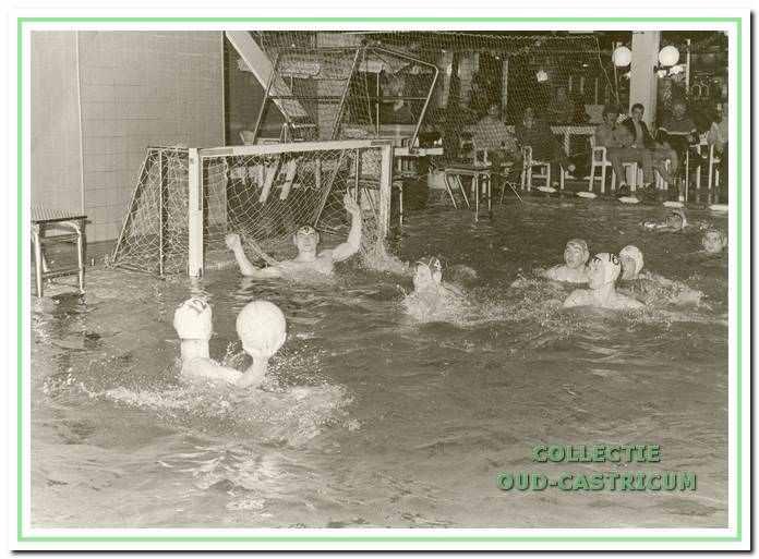Het heren waterpoloteam van Aquafit in actie tijdens een thuiswedstrijd in zwembad De Witte Brug.