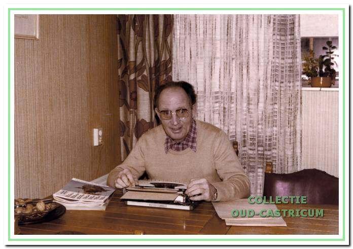 Pastor Meijer achter zijn bureau.